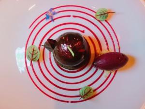 Chocolate Black Forest 小さいりんごぐらいの大きさのデザート。濃厚なチョコとさっぱりとしたソルベ。お腹いっぱい笑