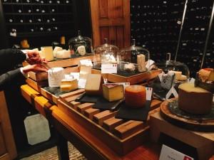 いくつかチーズを頂いた。特にこの写真で切っているトリュフチーズ。トリュフ好きには堪らない濃厚な味が堪能できる。