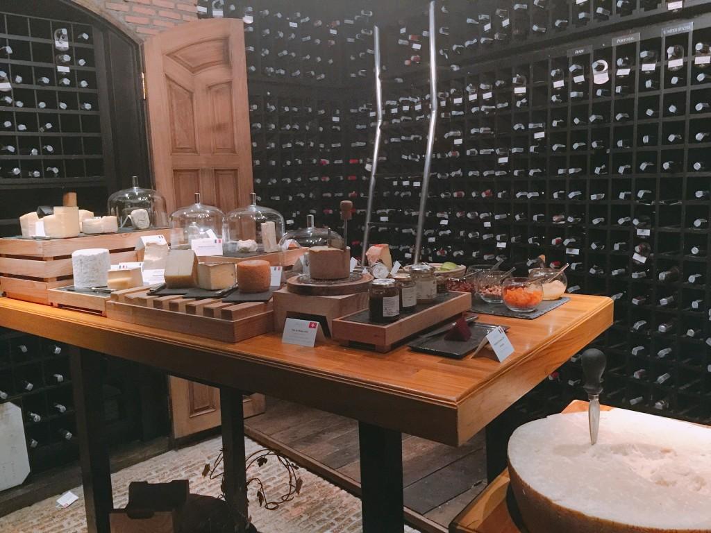 ワインセラー。ワインもさることながら、チーズにドライフルーツも世界各国から取り寄せているそう。