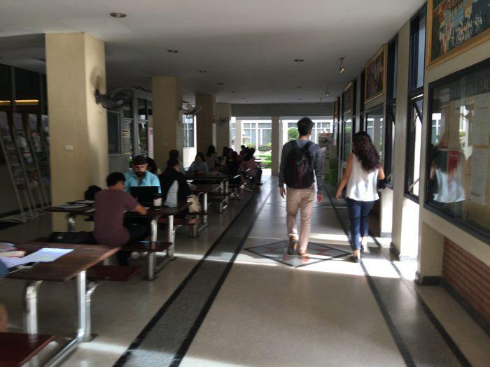 8時の時点では既に生徒が熱心に勉強している。