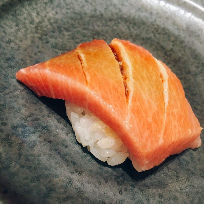 遠藤寿司さんの握りは東京の江戸前寿司と違って固く握らないそうです。醤油も刷毛を使って塗ります。