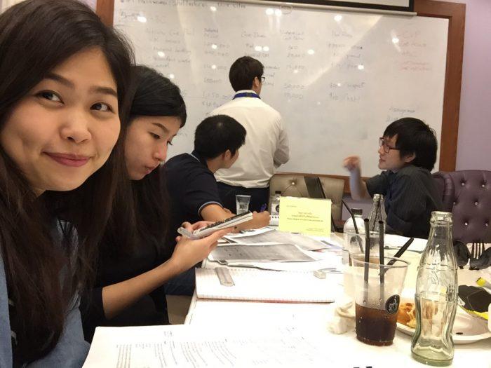 ブログに載せて欲しいと希望のあった写真笑いつも借りているサヤムの勉強スペースを借り、みんなで問題を解いて、お互いわからないことを埋め合う。